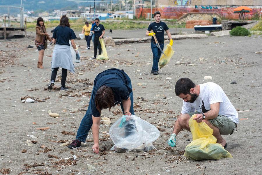 pulizia spiaggia napoli-mayday (1)